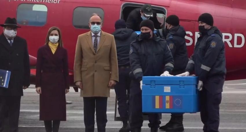 Primele doze de vaccinuri împotriva Covid19 au ajuns în Moldova. O parte din ser va fi oferit și medicilor din stânga Nistrului