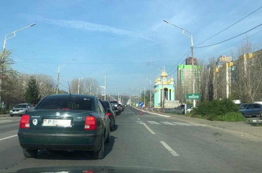 """FOTO-""""Arestul la domiciliu"""", pus pe pauză – cozi imense la ieșire din regiunea transnistreană. Oamenii pot circula liber"""